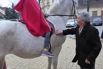 Martin na bílém koni přijel do seniorcentra.