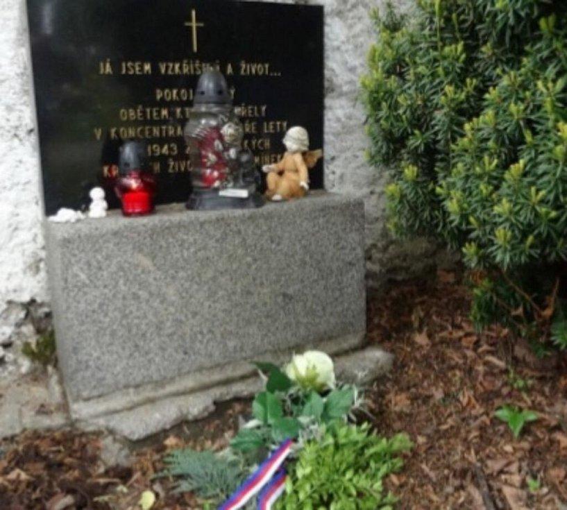 Pieta u romského památníku byla letos bez účasti veřejnosti.