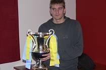 Na snímku je kapitán týmu Jan Zušťák s pohárem, který převzal spolu s vedoucím třetiligového mužstva FC Písek Milanem Václavíkem za vítězství v letošním ročníku zimního Platan Cupu.