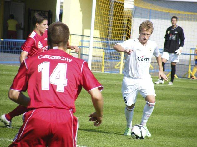Písecký hráč Filip Šťastný (u míče) zaznamenal v Tachově jeden gól a přispěl tak k vítězství svého týmu v poměru 3:2.