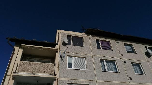 Bytovka zůstala bez střechy.