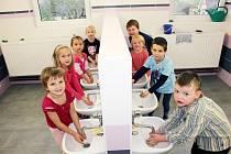 NOVÁ UMÝVÁRNA. Děti v mateřské škole v Klukách se těší z nové umývárny.