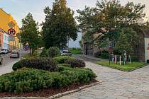 Nové trvalkové záhony vzniknou na Fügnerově náměstí a části Komenského ulice.