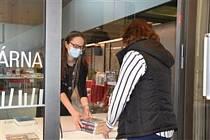 Městská knihovna Písek otevřela výdejové okénko. Foto: Petra Měšťanová