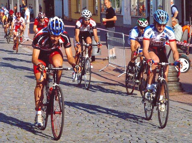Na snímku písecký cyklista Lukáš Smola (v popředí vlevo), jezdící za tým Windoor ´s Příbram, při silničním závodě, má za sebou poměrně úspěšnou sezonu.