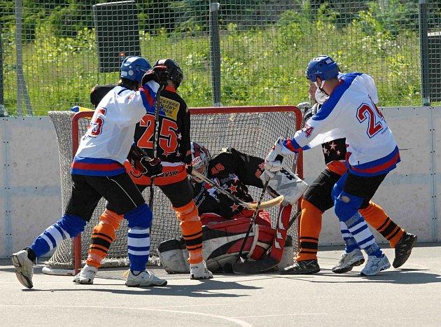 Vyrovnaný zápas krajské ligy hokejbalistů HC ŠD Písek - Betonova Holubov rozhodl až gól domácího Kubeše ze samostatného nájezdu.