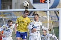 V nedělním utkání fotbalové divize vyhrálo Milevsko nad Benešovem 1:0. Na snímku jsou v hlavičkovém souboji domácí Barda (vpravo) a hostující Žák.