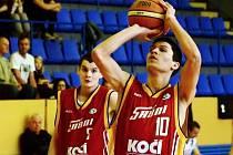 ZAKONČENÍ. Basketbalistu Sršňů Písek Jana Procházku (vpravo) při jeho střeleckém pokusu sleduje Petr Šlechta.
