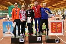 Stupně vítězů mužů a žen z běhu na 400 m. V červeném dresu na nejvyšším stupínku je Pavel Fleischmann.