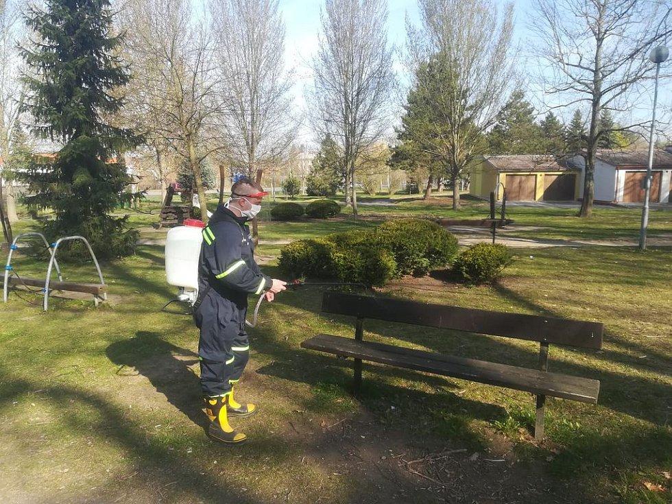 Dobrovolní hasiči z Písku desinfikují veřejné prostory.