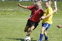 V jednotlivých zápasech turnaje starých gard v Kučeři byl k vidění pohledný fotbal s řadou osobních soubojů. Náš snímek je z utkání Rudná - Kučeř (1:0).