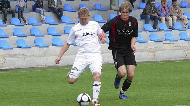 Domácí Michal Held (vlevo) uniká Tomáši Dočekalovi v jarním zápase třetí fotbalové ligy, ve kterém Písek zvítězil nad Žižkovem B 4:0. V sobotu bylo všechno jinak, doma Viktorka porazila Písek 1:0.