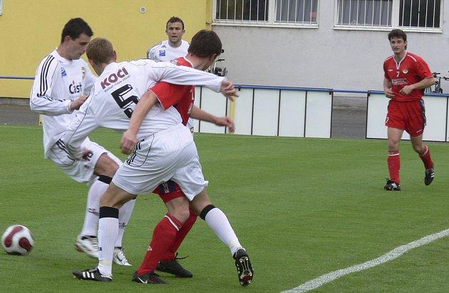 DOBRÝ VÝKON. V sobotním utkání fotbalové divize zvítězil FC Písek nad Klatovy 3:0. Na snímku z tohoto střetnutí jsou (zleva ve světlém) v akci domácí hráči Červenka, Kosobud a Holan s Mužíkem, zcela vpravo všemu přihlíží Kopp.