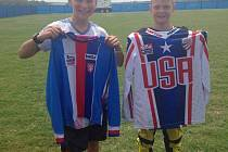 Výměna dresů mezi Američanem Joshem Terisem (vlevo) a Janem Seidlem (vpravo).