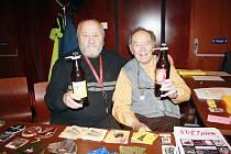 DÁREK. František Strnad (vlevo) na sobotní burzu sběratelů v Písku přivezl jubilejní pivo, které uvařil k 88. narozeninám Jaroslava Řehůřka (vpravo).