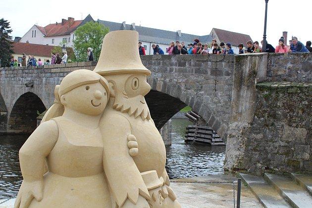 Pískové sochy Rumcajse a jeho rodiny.