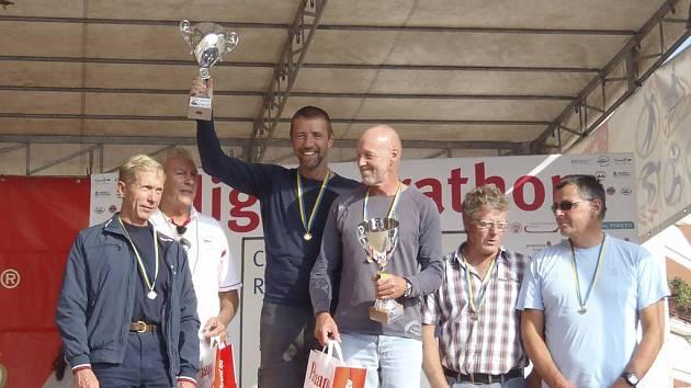 Na snímku uprostřed jsou vítězové říčního maratonu v Adige v K2  kategorie Masters – muži 35 let a starší:  Milan Kučera  (s pohárem) a Miroslav Pánek (Sokol Písek).