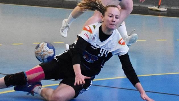 Písecké házenkářky (v černých dresech) nyní čeká šest utkání play out o udržení v MOL lize.
