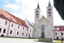 PRVNÍ NÁDVOŘÍ. Dominantou kláštera je kostel Navštívení Panny Marie (uprostřed), vpravo se nachází budova barokní prelatury, kde sídlilo třiašedesát let městské muzeum, a vlevo jsou prostory, kde žijí premonstráti. Ti se starají i o farnosti v okolí.