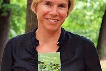"""PODPORA.  """"Držím vám palce,""""  vzkazuje Kateřina Neumannová do Borovan. Legendární lyžařka svým  podpisem podpořila dub z návsi v celorepublikové anketě Strom roku 2016."""