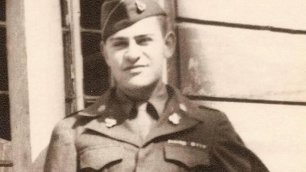 Pro Larryho Sitneye skončily boje druhé světové války v Mannheimu. Poté byla jeho jednotka dislokována v jižních a západních Čechách.