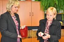 ČÍSLA  pro 13 volebních  stran  v pátek dopoledne za účasti zmocněnců vylosovaly  Irena  Strnadová (vlevo) a Jitka Palcútová z odboru vnitřních věcí Městského úřadu v Písku.