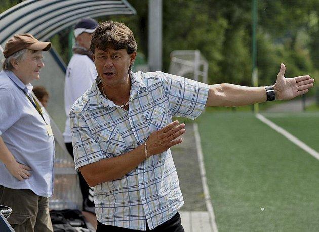 Na snímku je trenér Rostislav Grossmann při koučování svých svěřenců při jednom z ligových zápasů starších dorostenců FC Písek.