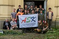 Studenti lesnické školy pomohli vyčistit okolí písecké synagogy.