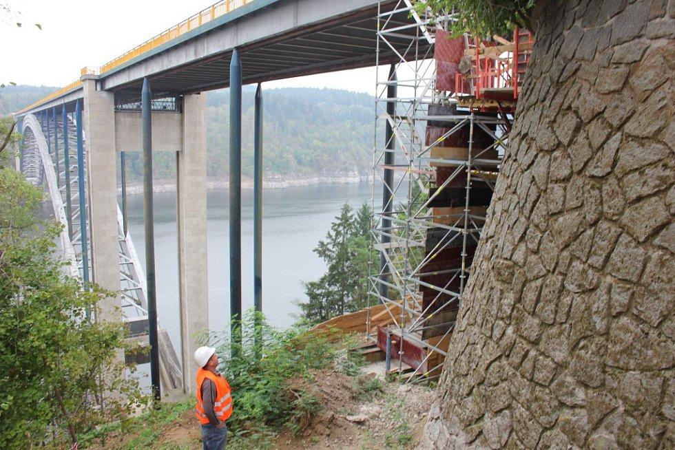 Oprava Žďákovského mostu ze dne 14. září.