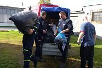 Hasiči odvezli tunu víček rodičům zdravotně postižené Denisky.