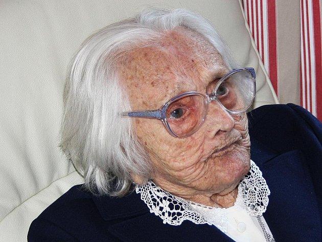 OSLAVENKYNĚ. Marie Tůmová oslavila sté narozeniny. Dostala dort a dárkový koš.