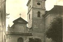Na snímku je kostel Povýšení sv. Kříže ve dvacátých letech minulého století.