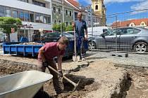 Výkopové práce na Velkém náměstí v Písku přinesly první nálezy.