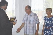 Starosta Čížové Tomáš Korejs (na snímku vlevo) předal              v uplynulých dnech pamětní plakety obce bývalému řediteli ZŠ a MŠ Vlastimilu Šálkovi a jeho manželce, bývalé učitelce Martině Šálkové.