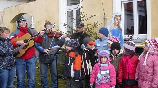 V programu na adventním setkání v Dobevi vystoupily děti z mateřské školy se svými učitelkami.