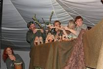 Lovci mamutů v podání loutkového souboru Nitka.