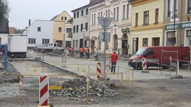 Rekonstrukce Masarykova náměstí v Mirovicích - léto 2014.