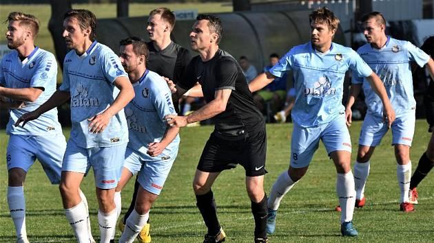Kanonýra Davidu Lafatu (třetí zprava) dokázali protivínští fotbalisté udržet na uzdě jen v první půlhodině. Ke konci poločasu ho ale dvakrát neuhlídali, a to rozhodlo.