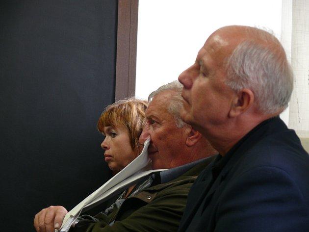 Úředníci píseckého městského úřadu Dana Martincová, František Rychlík a bývalý policista Václav Vališ u píseckého soudu.