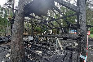 Následky nočního požáru karavanů v kempu u Orlíku.