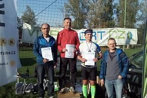 Pavel Novotný (vlevo, druhé místo) na stupních vítězů.