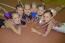Na snímku jsou mladší závodnice klubu RG Proactive Milevsko se získanými medailemi. Zleva leží: Michela Krupková, Aneta Šimáková, Matylda Mandovcová, Karin Králová, Veronika Šimáková a Valentýna Petříková.