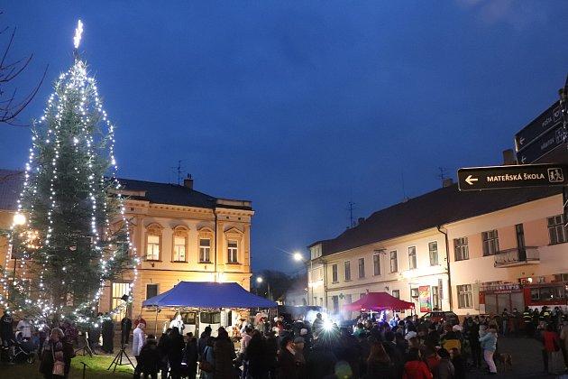 V Mirovicích rozsvítili vánoční strom.