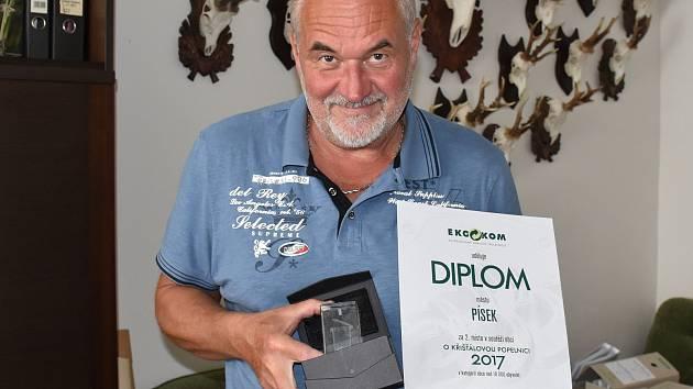 Vedoucí odboru životního prostředí MÚ Písek Miloslav Šatra s oceněním za 2. místo v celostátní soutěži.
