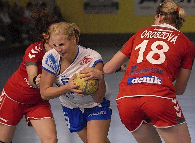 Přestože hostující hráčky Anna Ganzerová (vlevo) a Martina Oroszová bedlivě střežily střelkyni Michaelu Borovskou, nebylo to nic platné. V utkání interligy házenkářek Písek - Poruba (37:29) zaznamenala domácí hráčka devět branek.