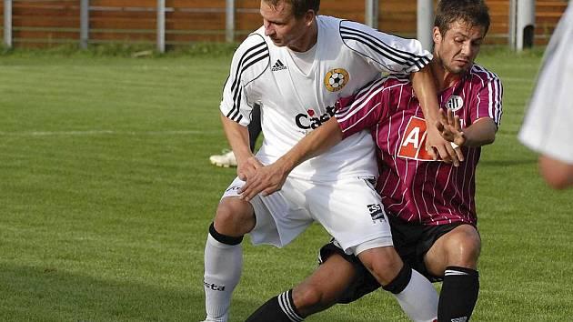 V utkání vloženého kola třetí fotbalové ligy Dynamo České Budějovice B - FC Písek (3:0) je Martin Malý (vlevo) v osobním souboji se Svátkem.