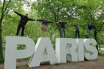 Snímek je pořízený v Parc Floral de Paris, a to v dubnu, kdy v Paříži Vojtěch Skřivan (na snímku uprostřed) studoval.