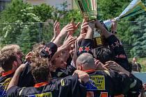Hokejbalisté HC ŠD Písek slaví zisk titulu.