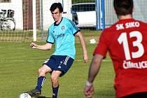 Před čtrnácti dny fotbalisté Čimelic vyhráli překvapivě v Katovicích. Domácího Tomáše Janocha (u míče) se snaží zastavit David Varhan. Na dalšího favorita si ale Čimeličtí nepřišli.