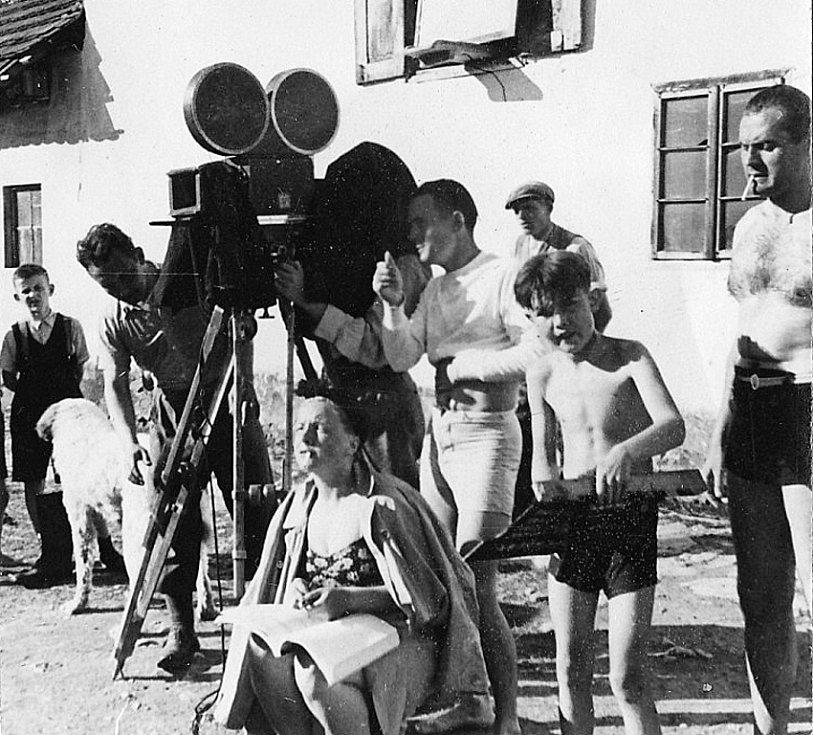 Reportážní fotografie z natáčení filmu Jan Cimbura pořídil 4. června 1941 v Heřmani novinář František Petřík.  Na snímku vedle kamery v bílém stojí režisér František Čáp.